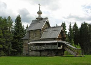 деревянная церковь с крышей из теса