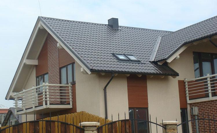 крыша дома с коричневой металлочерепицей монтеррей