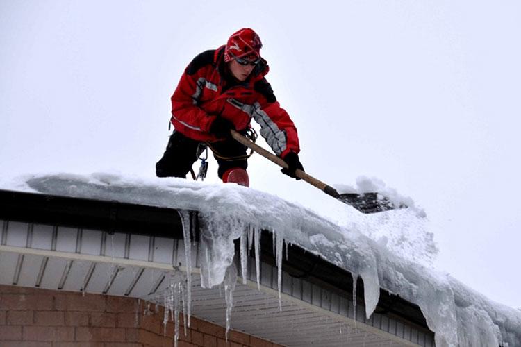 очищаем снег сначала с края крыши