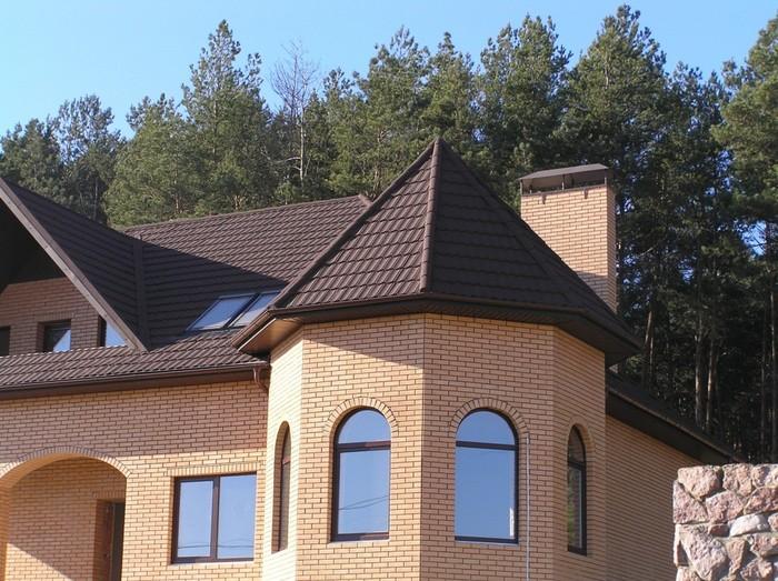 Частный дом с коричневой крышей