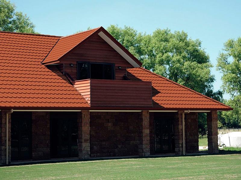 Загородный дом с черепичной крышей