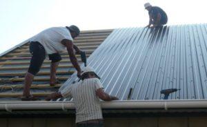 Как постелить профнастил на крышу своими руками